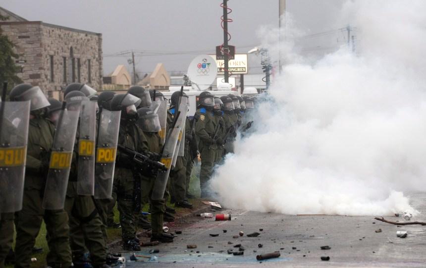 Rapport Ménard: le gouvernement Charest et la police blâmés