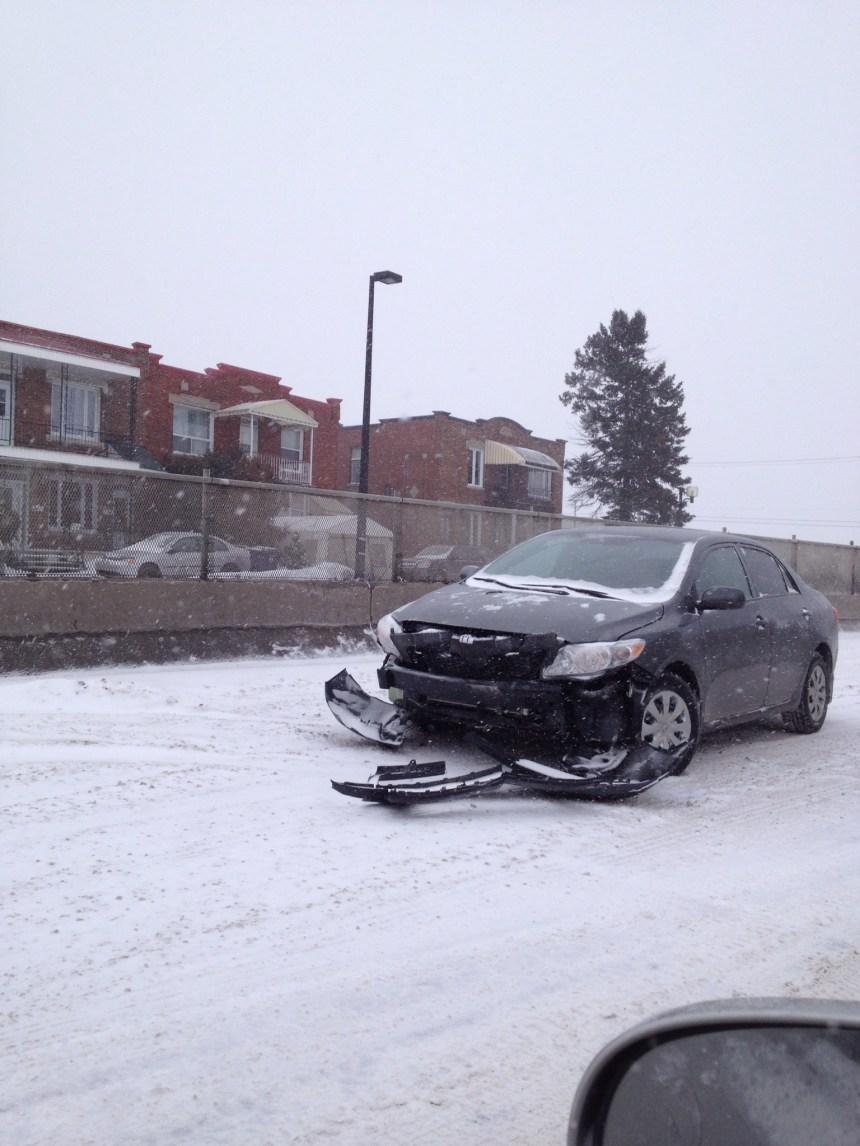 Conditions routières difficiles dans la tempête