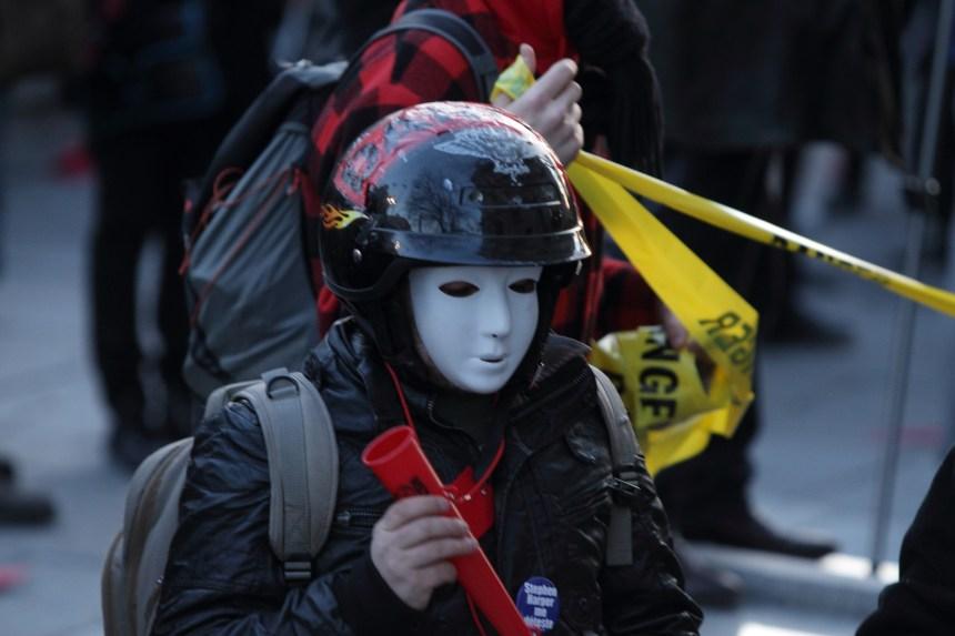 Manifestations: Montréal abandonne l'interdiction du port du masque