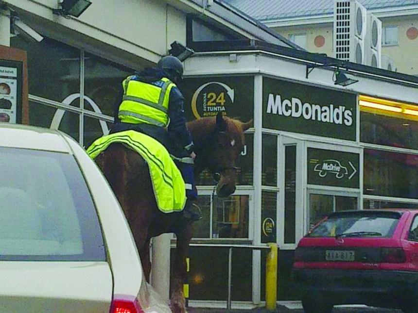 Des chevaux au service à l'auto du McDonald de Helsinki