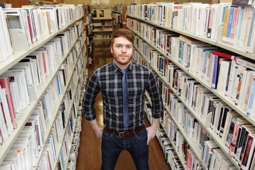 Un bibliothécaire à livre ouvert
