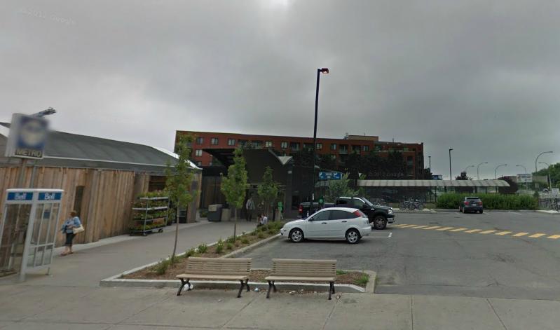 Un bâtiment construit au-dessus de la station de métro Rosemont