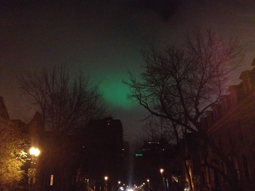 Une lueur verte dans le ciel de Montréal