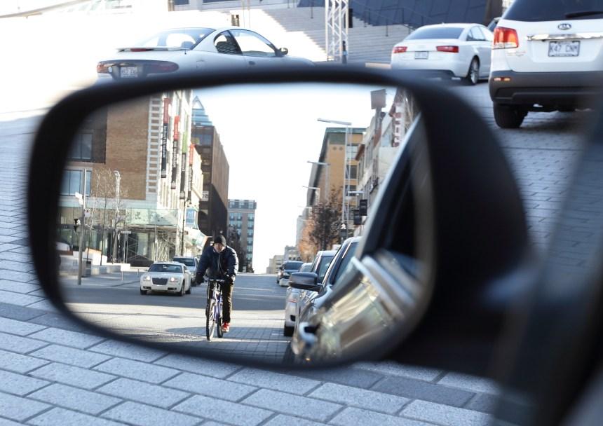 Vélos et portières de voiture: une cohabitation à développer