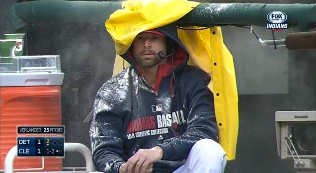Un joueur de baseball submergé durant une entrevue