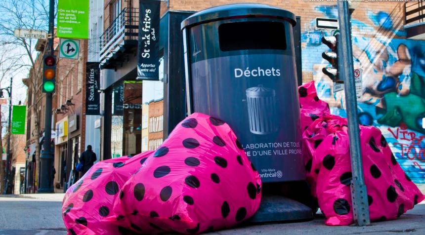 Des sacs poubelles roses pour embellir le Village