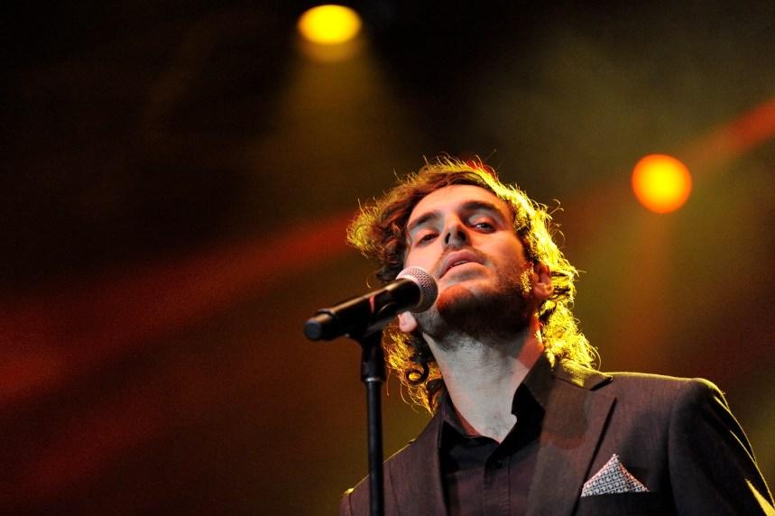 Alex Nevsky chante «La vie en rose» au piano Wellington