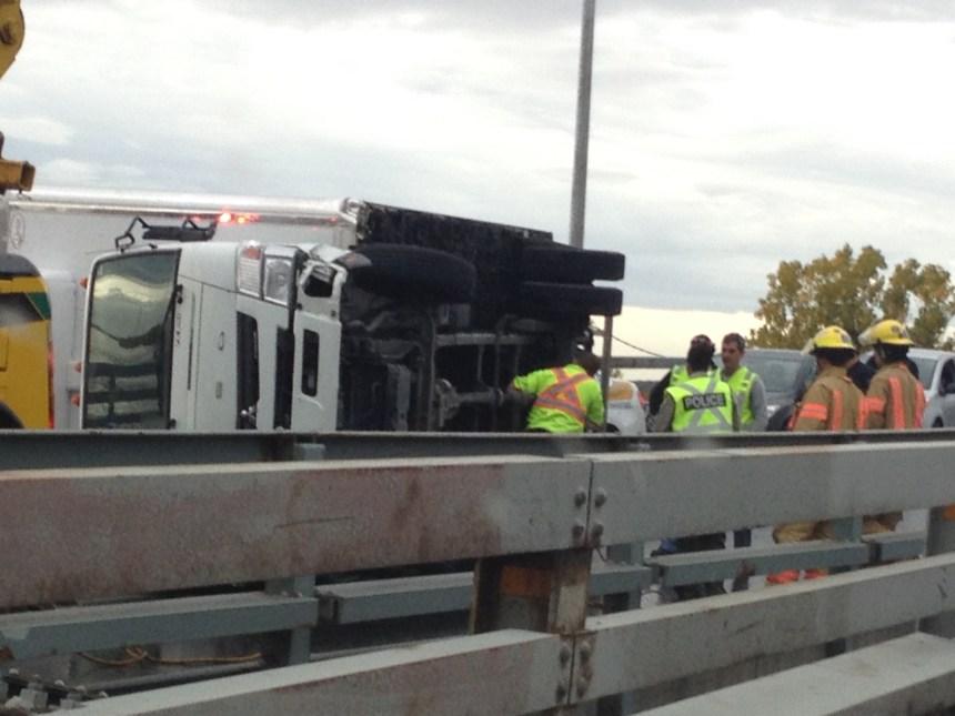 Un camion se renverse sur le pont Mercier