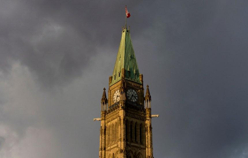 Des fonctionnaires d'Emploi et Développement social Canada jouaient aux détectives