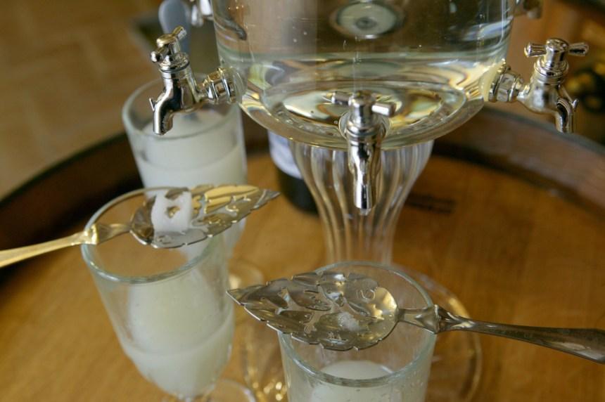 Interdite il y a 100 ans, l'absinthe revit et entretient son mythe