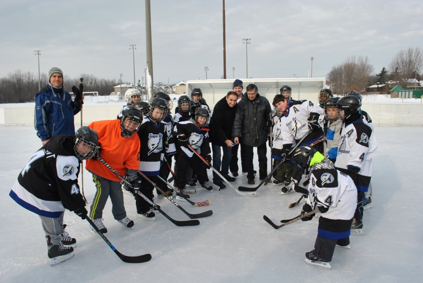 Du hockey en plein air pour des jeunes de L'Île-Bizard
