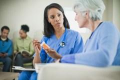 Plus de pouvoirs aux super infirmières: les infirmières enthousiastes, les médecins réticents