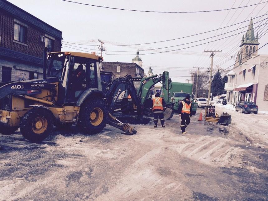 Bris de conduite d'eau à Lachine: opération colmatage