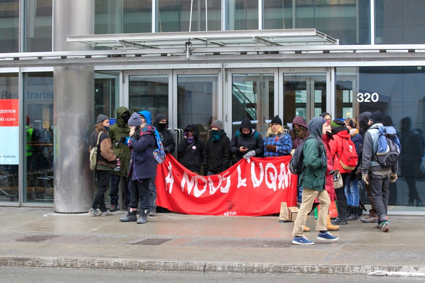 Des manifestants bloquent l'entrée à l'UQAM