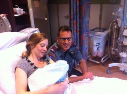 Annie Pinet et le petit Jayden, accompagnés par un ambulancier qui leur a porté assistance.