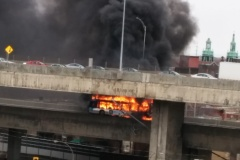Un autobus de la STM en feu sur Turcot