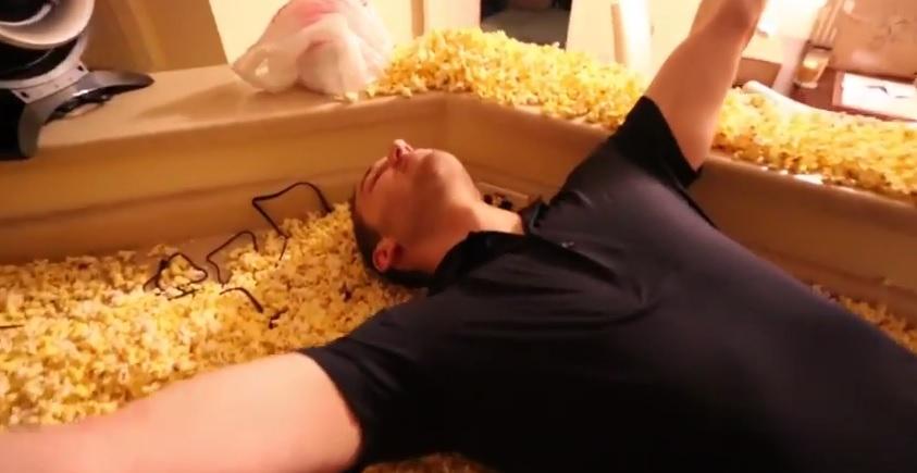 Ses coéquipiers remplissent son appartement de pop-corn