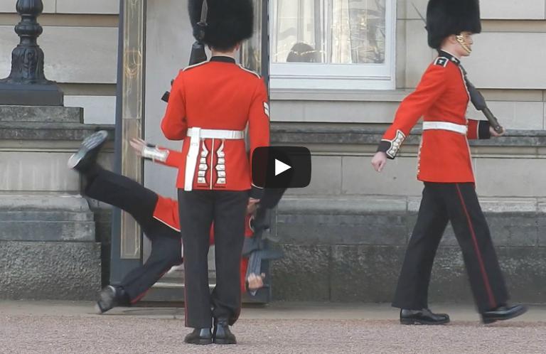 En vidéo: un soldat chute pendant la relève de la garde et fait mine de rien