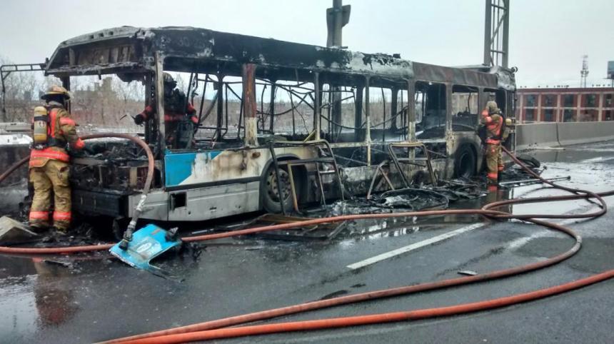 Autobus  en feu sur la 720 Est : un écrou serait à l'origine de l'incendie