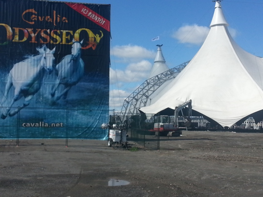 L'impressionnant chapiteau Odysséo hissé à Saint-Laurent