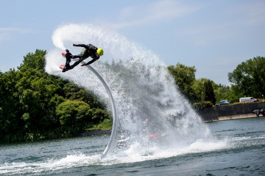 Surfer plus haut que la vague