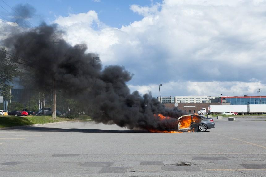 Voiture en feu dans l'arrondissement Saint-Laurent