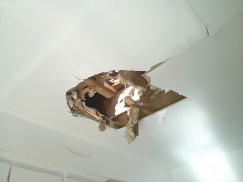 Le pneu d'un jet privé défonce un toit: une goupille de sécurité serait en cause