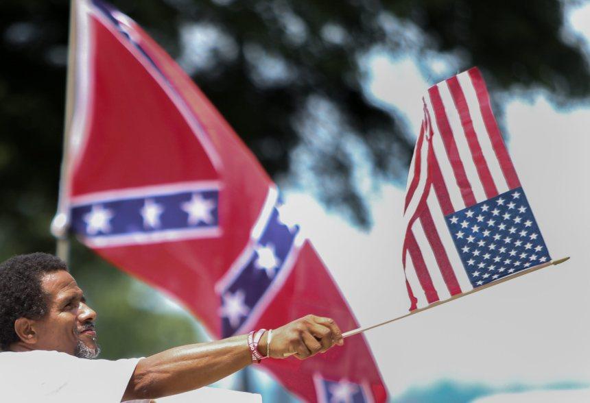 Le drapeau confédéré décroché en Caroline du Sud