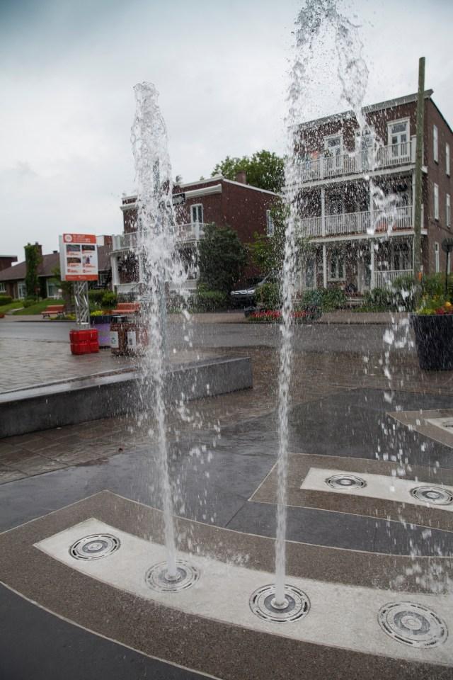 Les nouveaux eus d'eau à la Place du Village dans Montréal-Est.