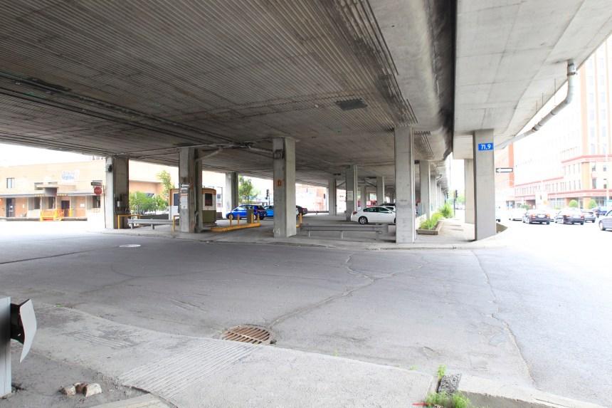 Une place publique sous l'autoroute 40