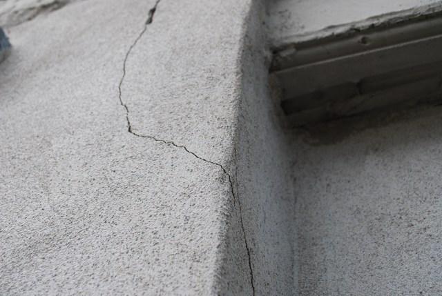 Manuel Ponte s'inquiète grandement pour l'état de son balcon. Il attribue les fissures aux vibrations occasionnées par le passage de camions lourds et d'autobus.