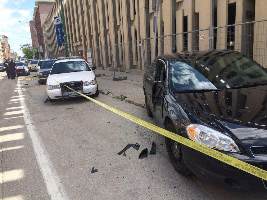 Winnipeg: Un camion percute 5 voitures de police stationnées