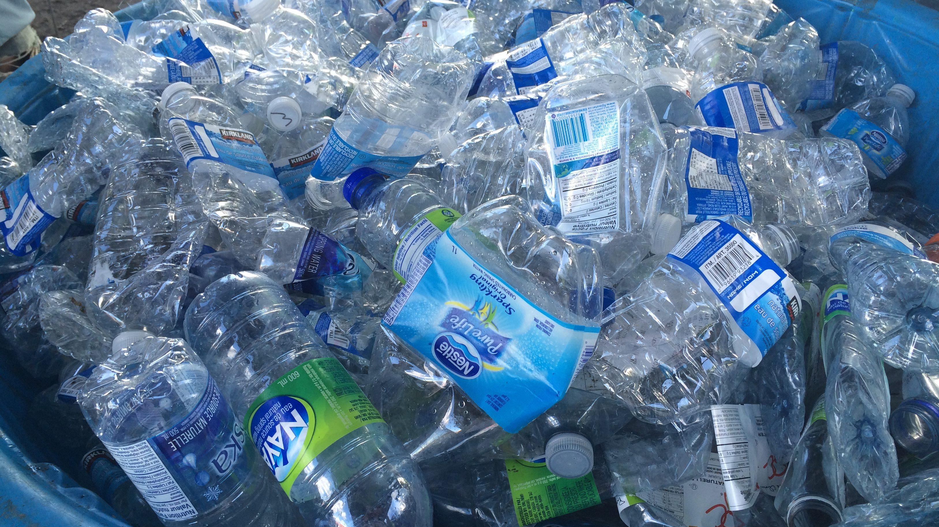 Plus adapté La Ville de Montréal interdit les bouteilles d'eau en plastique XE-21