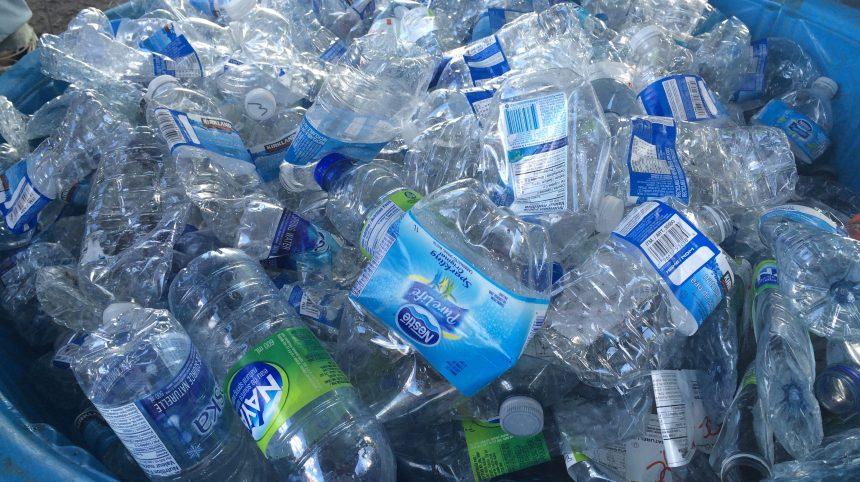 Une consigne sur les bouteilles d'eau et de vin en 2020