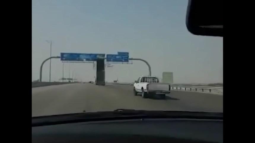 Oui, cette vidéo montre vraiment un camionneur qui détruit un panneau routier