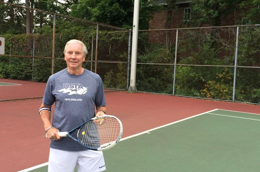 Il participe à un championnat du monde de tennis à 72 ans