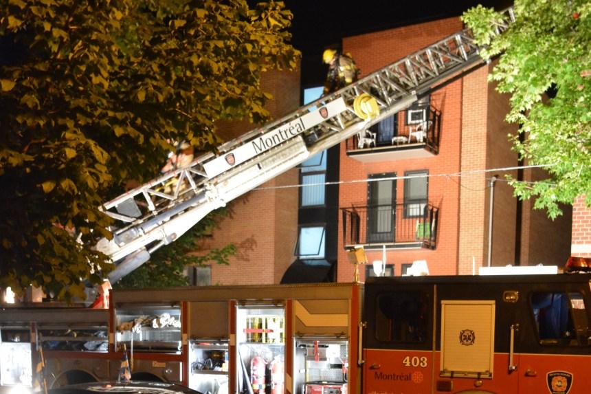 Pointe-Saint-Charles: la toiture d'un immeuble résidentiel s'embrase