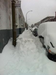 Des bancs de neige s'amoncèlent sur les trottoirs, aux endroits où les chenillettes ne peuvent pas passer, par manque d'espace.
