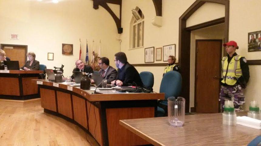 Mauvaise gestion: une trentaine de cols bleus confrontent la mairesse d'Outremont