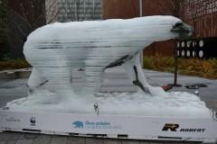 La fonte de l'ours de glace éphémère