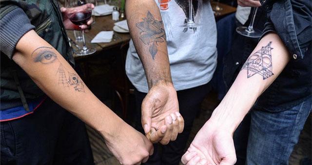 Des gens se font tatouer à l'aveuglette à New York