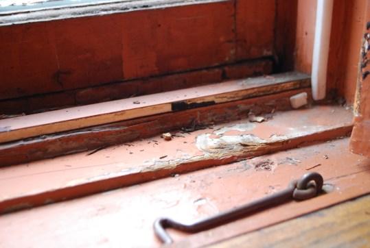 Les rebords de plusieurs fenêtres sont aussi défraîchis.
