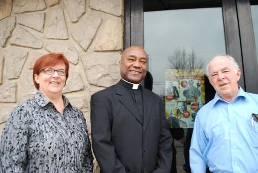 Malgré les sourires, la marguillièrre Doris Smaha, le curé Ronald Legerme et le marguillier Roger Desautels reconnaissent que les temps sont durs pour la paroisse.