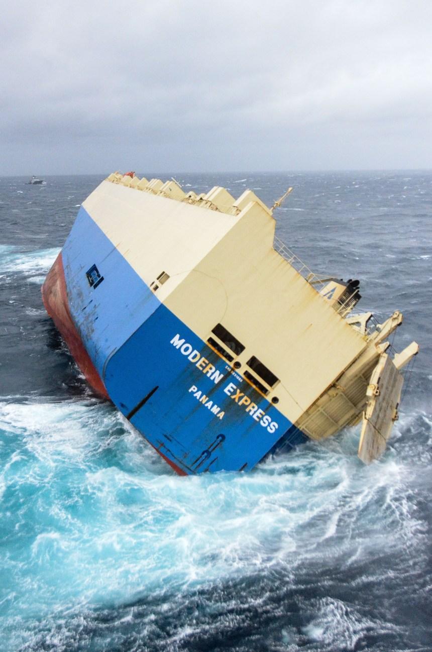 Dernier essai pour sauver un cargo à la dérive au large de la France