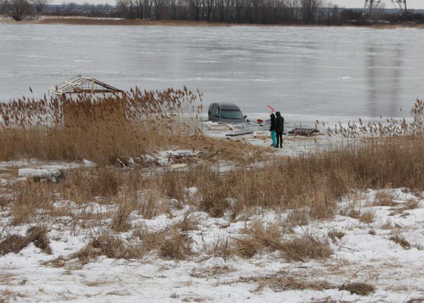 Glace trop mince, deux véhicules se retrouvent dans le fleuve