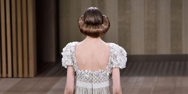 Tendance capillaire vue au défilé Chanel: les cheveux en croissant