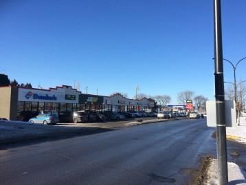 À l'angle des boulevards Lacordaire et des Grandes-Prairies, de nombreuses chaînes de restauration rapide se succèdent.