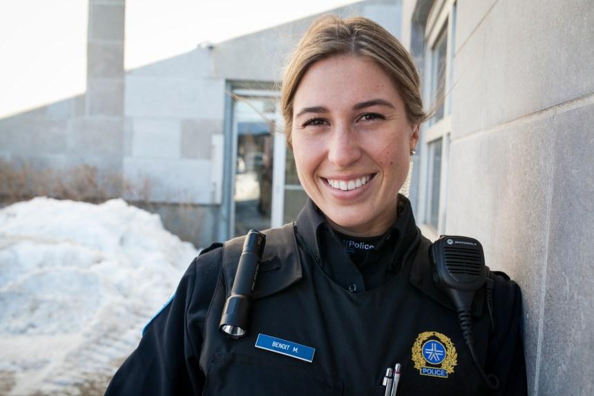 Une policière sauve un bébé naissant