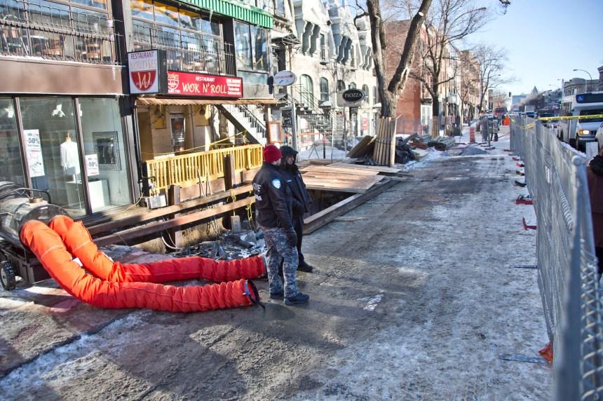 Un commerçant se jette dans un trou pour protester contre un chantier