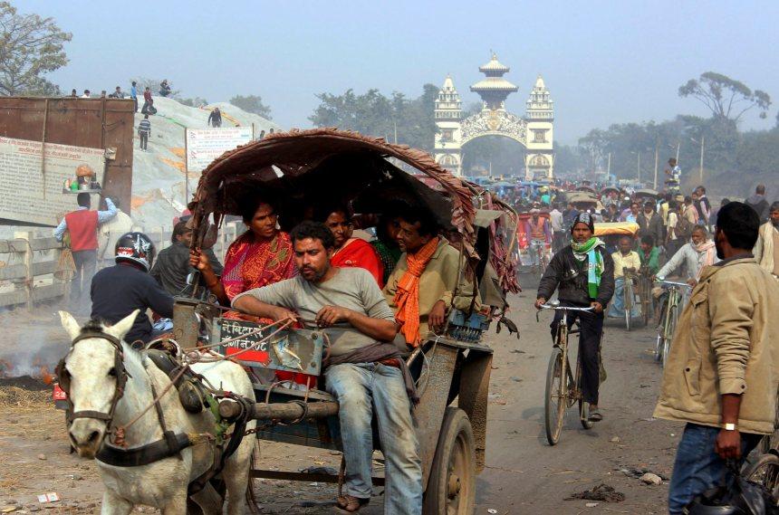 Des résidants en colère rouvrent de force la frontière entre l'Inde et le Népal